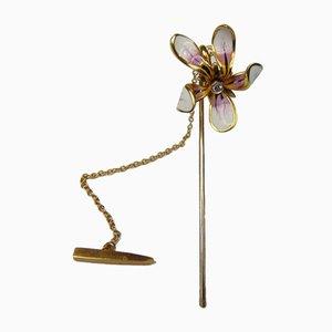 Vintage Anstecknadel in Gold und Emaille mit Diamanten im Brillantschliff zeigt eine Orchideenblüte. 1950er