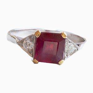 Anillo en oro de 18 quilates con rubí y diamantes