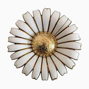 Spilla Daisy in argento dorato e smaltata bianca di Anton Michelsen