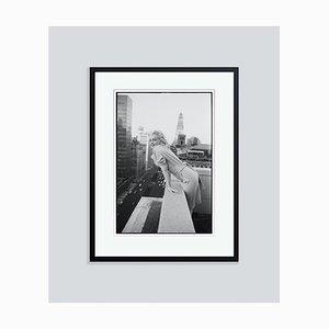Schwarz versilberter Marilyn Monroe on the Roof Harzdruck von Ed Feingersh