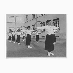 Unknown, Faschismus in Italien, Übungen mit Holzreifen, Vintage Schwarzweißfoto, 1934