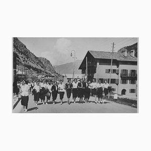 Faschistische Periode in Italien, Mädchen in Uniform, Vintage Schwarzweißfotografie, 1934
