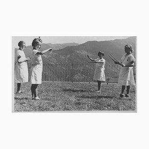 Kinder spielen mit Holzreifen, Vintage Schwarzweißfotografie, 1930er