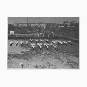 Übungen und weibliche Spiele während des Faschismus in Italien, Vintage Schwarz & Weiß Fotografie, 1934
