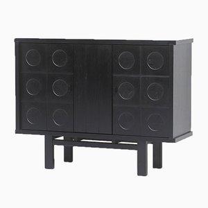 Dekorativer schwarzer Schrank mit gemusterten Türen