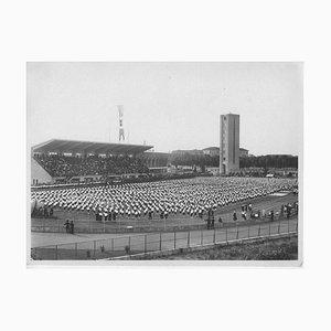 Unbekannt, Gymnastik in einem Stadion während des Faschismus in Italien, Vintage S / W Fotografie, 1934