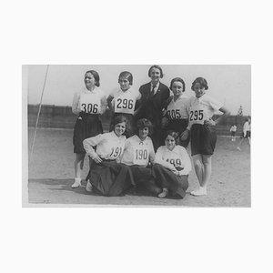 Inconnu, Jeunes Filles Posant pour une Photo Avant un Marathon, Photo Vintage N & B, 1934