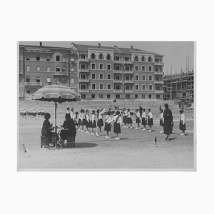 Sconosciuto, bambini che giocano durante il fascismo in Italia, foto B / N vintage, anni '30