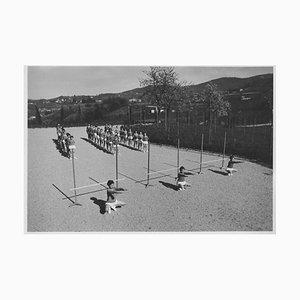 Unbekannt, Sportunterricht im Freien während des Faschismus in Italien, Photo in Schwarz & Weiß, 1930er