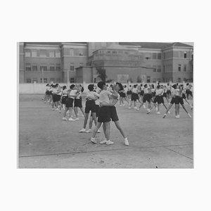 Unbekannt, Sportunterricht in der Schule während des Faschismus in Italien, Photo in Schwarz & Weiß, 1934
