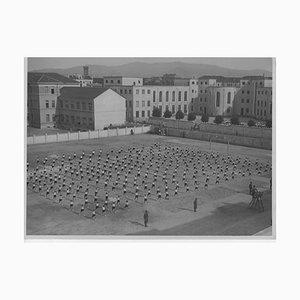 Unbekannt, Sportunterricht in einer Schule während des Faschismus, Vintage Schwarzweißfoto, 1934