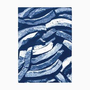 Landhausstil aus gestapelten Fliesen in blauen Farbtönen, großer Cyanotypie Druck, 2021