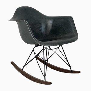 Grauer Elephant Schaukelstuhl mit Gestell aus Nussholz von Charles Eames für Herman Miller