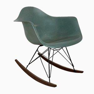 Seab im grünen Schaukelstuhl von Charles Eames für Herman Miller