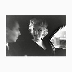 Marilyn Monroe & Dick Shepherd Gelbes Harz Kunstdruck in Weiß von Ed Feingersh