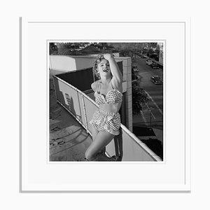 Affiche Marilyn Monroe en Bikini Argenté Imprimé en Résine de Gélatine Encadrée en Blanc par Archive Photos
