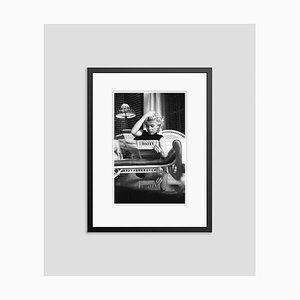 Marilyn Monroe Relaxes in a Hotel Room Silbergelatine Harz Druck in Schwarz von Ed Feingersh
