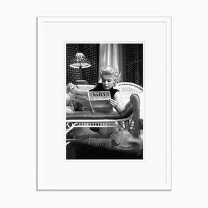 Imprimé Marilyn Monroe Relaxes dans une Chambre d'Hôtel en Argent Imprimé de Gélatine Encadrée en Blanc par Ed Feingersh