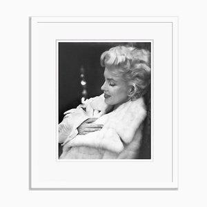 Marilyn Monroe Ruhesilber-Gelatine-Harzdruck in Weiß von Ed Feingersh
