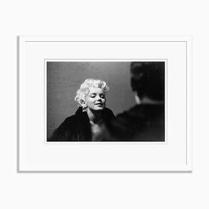 Marilyn Takes It to the Streets Silver Gelatin Harz Druck in Weiß von Ed Feingersh