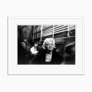 Imprimé en Gélatine Marilyn Takes It the Streets en Résine Argenté Encre Blanc par Ed Feingersh