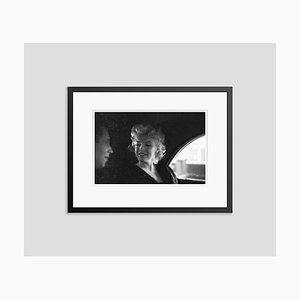 Marilyn New York Taxi Cabing Listening Silver Gelatin Harz Druck in Schwarz von Ed Feingersh