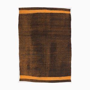 Flach Gestreifter Mid-Century Modern Kelim Teppich mit Braunem und Senffarbenem Muster