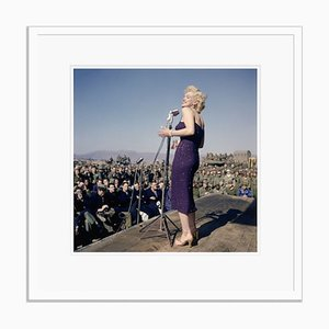 Marilyn Monroe Sings to Us Marines Encadrée en Blanc par Bettmann