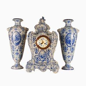 Große antike niederländische Rokoko-Stil Delftware Keramik Uhr Garnitur mit Vasen Royal Bonn Germany, Set of 3