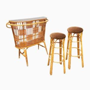 Mueble bar y taburetes de cóctel vintage de ratán. Juego de 4