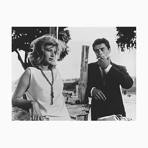 Impresión pigmentada de Alain Delon y Monica Vitti enmarcada en negro