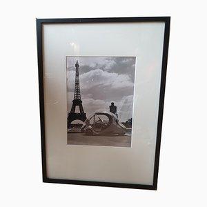 Robert Doisneau Paul Arzens, Electric Egg vor dem Eiffelturm, 1980