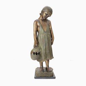 Escultura de bronce de niña con jarra