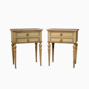 Mesitas de noche italianas lacadas y doradas de estilo Luis XVI. Juego de 2