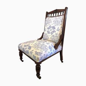 Sedia antica in legno di noce intagliato