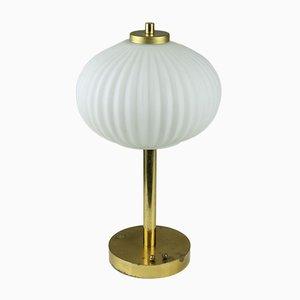 Lámpara de mesa Mid-Century de opalina y latón