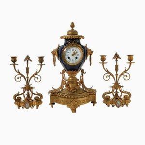 Reloj de repisa y candelabros. Juego de 3