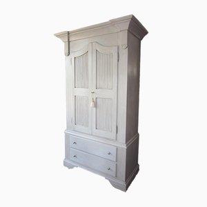 Lackierter Kleiderschrank mit antiken Biscuit Türen & Schubladen