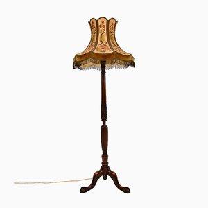 Antike geschnitzte Stehlampe mit besticktem Schirm