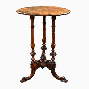 Tavolino vittoriano in legno di noce intarsiato