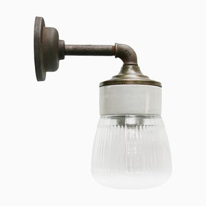 Lámpara de pared vintage de vidrio rayado y latón con brazo de hierro fundido