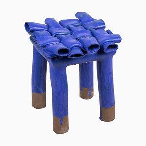 Sgabello blu di Milan Baker