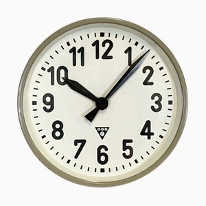 Reloj de pared industrial en gris de Pragotron, años 50