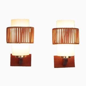 Lámparas de pared vintage de vidrio opalino con detalles de ratán, años 60. Juego de 2