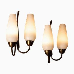 Lámparas de pared italianas modernistas de latón, metal y vidrio opalino, años 50. Juego de 2