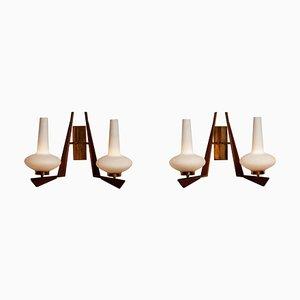 Lámparas de pared italianas grandes de latón, vidrio opalino y teca, años 50. Juego de 2