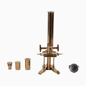Microscopio de laboratorio de latón