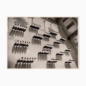 Desconocida, mujer con uniforme en líneas, fotografía vintage en blanco y negro, años 30