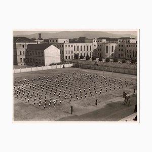 Desconocido, Boys in Lines of Practice, fotografía vintage en blanco y negro, años 30