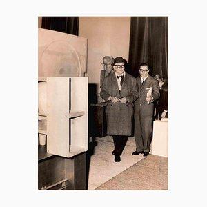 Desconocido, Le Corbusier durante una exposición en el Palazzo Strozzi, fotografía vintage en blanco y negro, años 50